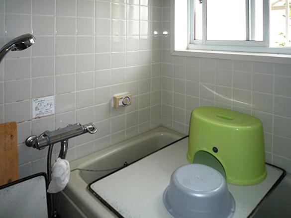 工事前の浴室