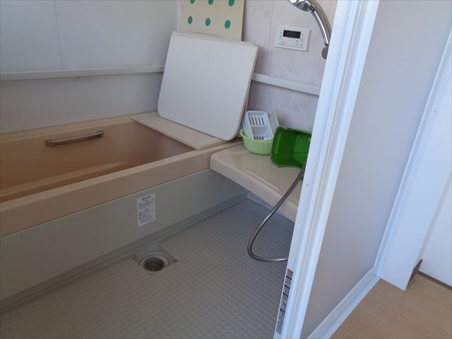 15.ユニットバス(ベンチシート)シートに座ったまま浴槽への移動が可能