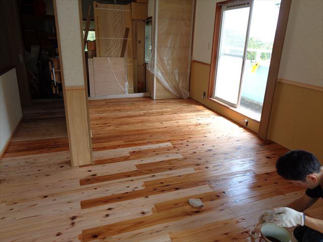 8.床板塗装(自然塗料、リボス・カルデット)杉板に併せて塗装
